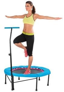 Frau trainiert auf dem Miami Life Fitness Trampolin